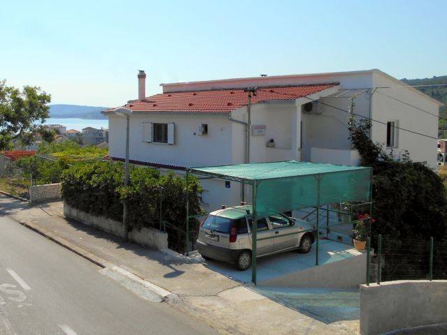 Affordable holiday house for 8-10 people in Slatine on the island of Čiovo near Trogir 200 m from the sea